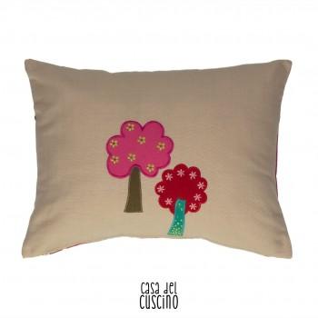 Dodo cuscino arredo per bambini nei toni del fucsia con applicazioni colorate e stampa di alberi stilizzati