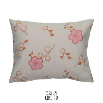 Gretel, cuscino arredo bimbi con fiori di pesco ricamati su tessuto beige