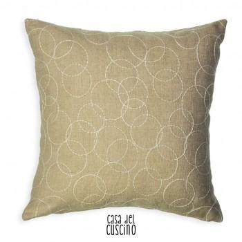 cuscino arredo in lino beige con motivo di sottili cerchi bianchi