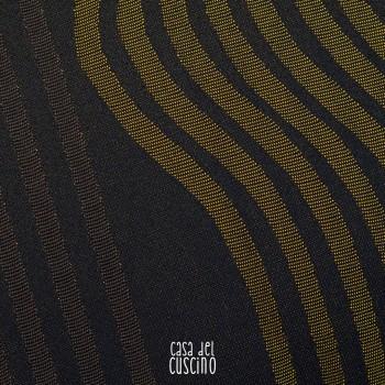 cuscino arredo con motivo wavy nei colori bronzo e marrone scuro su base nera.