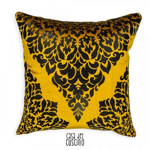 cuscino arredo giallo oro in velluto con motivo arabesco nero