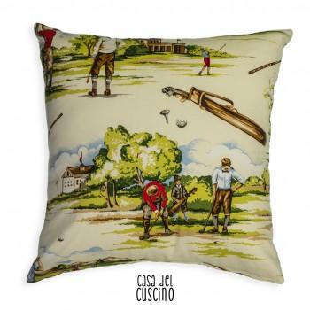 cuscino arredo stile inglese con stampe di personaggi che giocano a golf. Fondo avorio