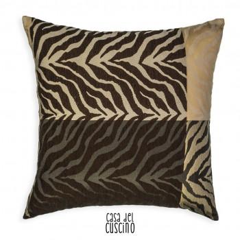 cuscino arredo zebrato con strisce marrone scuro e beige su fondo avorio e grigio