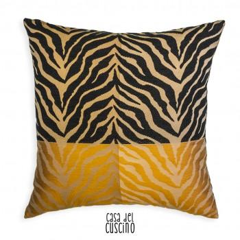cuscino arredo zebrato con strisce nere e ocra su fondo beige e nocciola