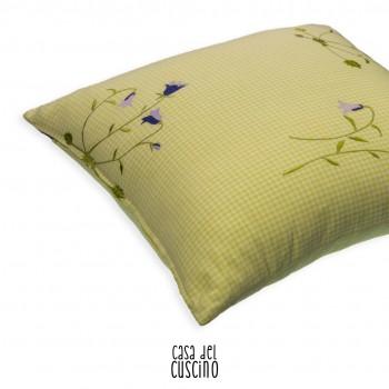 cuscino arredo a quadretti vichy verde acido con motivo floreale